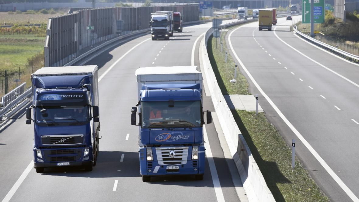 Kamiony na dálnici