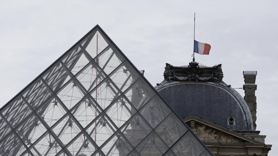 Francouzské vlajky visí jenom na půl žerdi