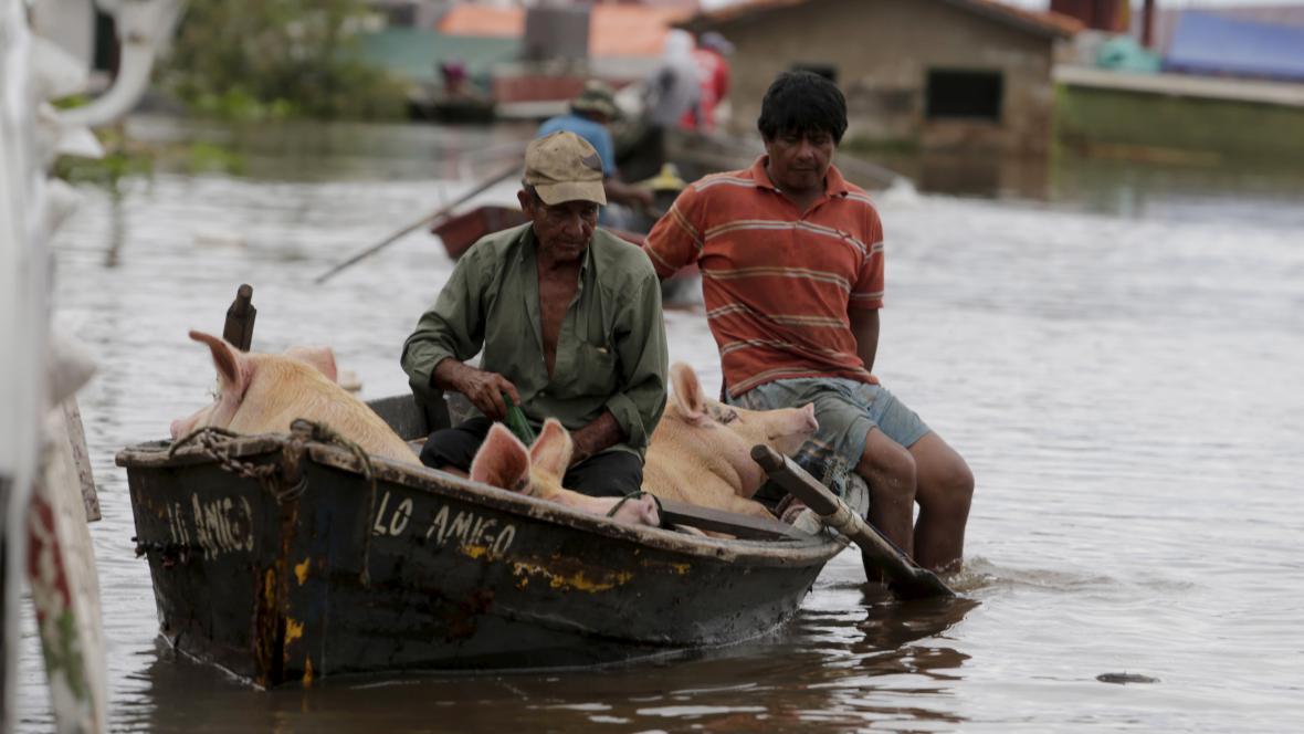 Obyvatelé se potýkají se záplavami v Asunciónu