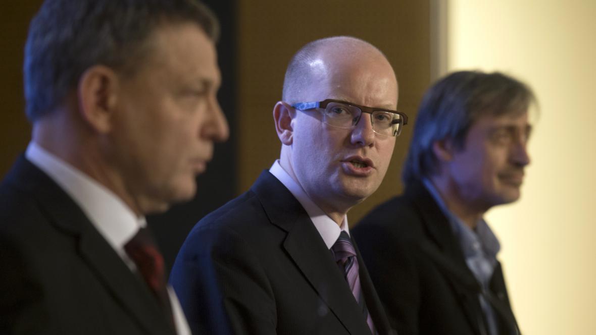 Ministr zahraničí Lubomír Zaorálek, premiér Bohuslav Sobotka a ministr obrany Martin Stropnický po jednání předsednictva Bezpečnostní rady státu