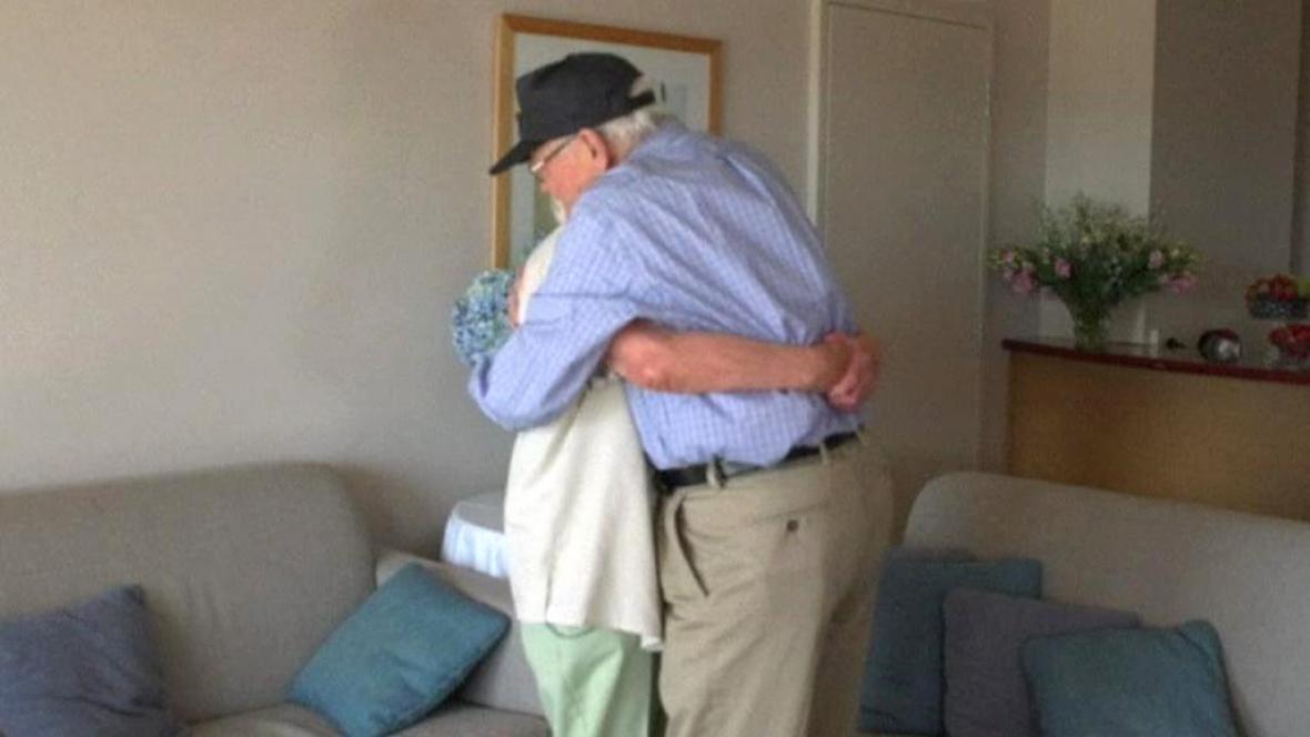 Norwood Thomas a Joyce Morris se objali po 70 letech