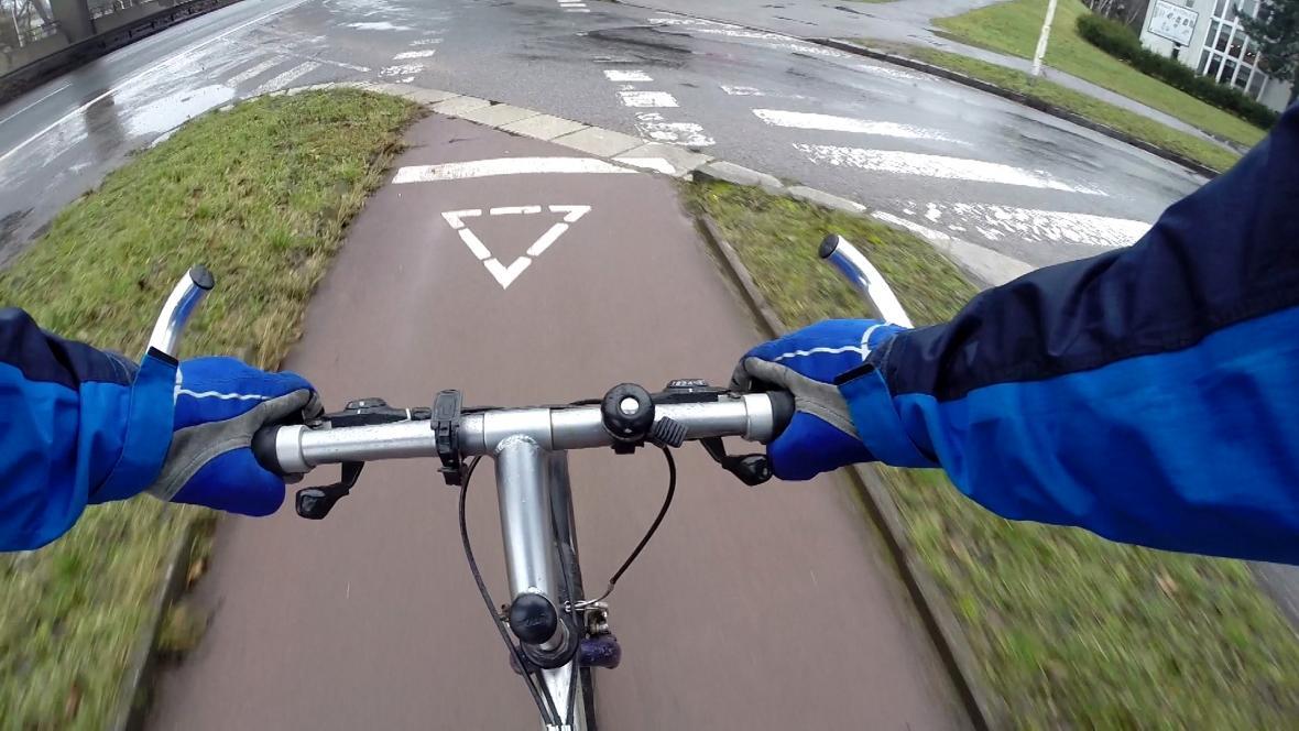 Cyklista před vyhrazeným přejezdem
