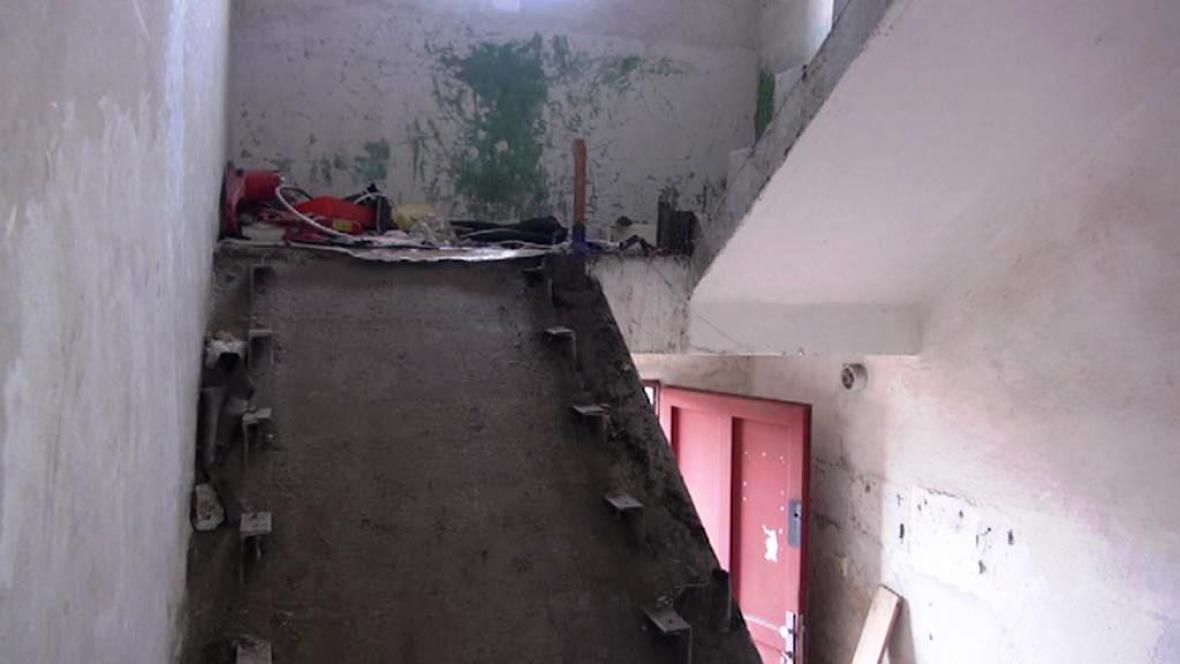 Železné schody i zábradlí zloději ukradli