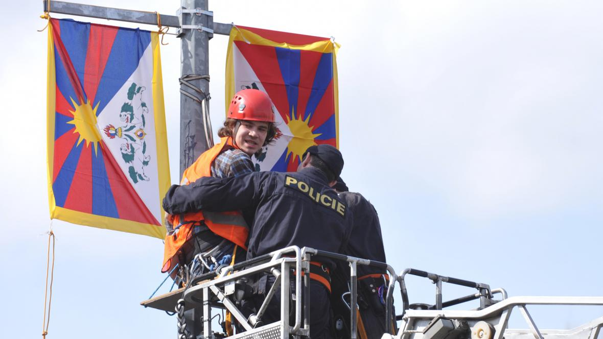 Aktivisté vyměňovali čínské vlajky za tibetské