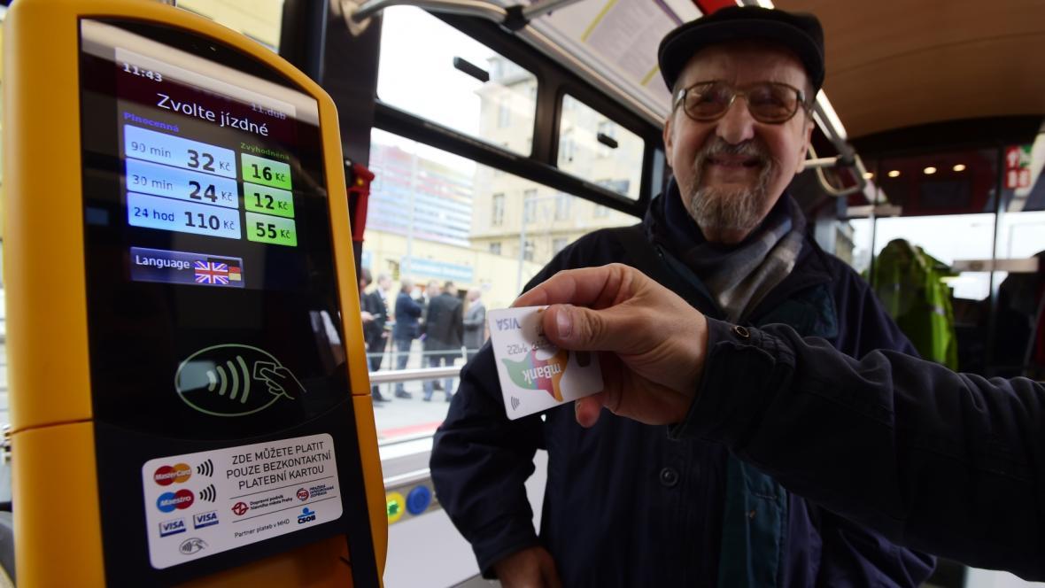 Bezkontaktní platba v pražské tramvaji