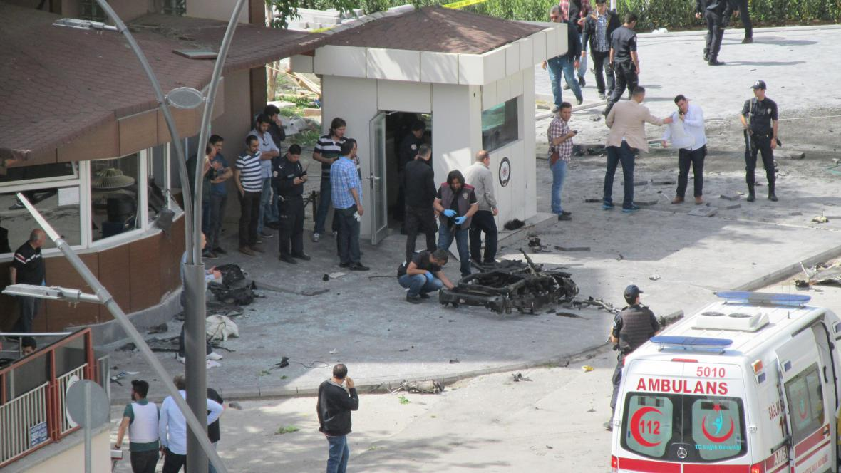 Policejní experti ohledávají místo po výbuchu bomby ve městě Gaziantep