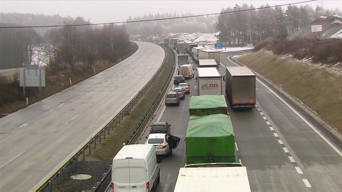 Kolona na D1 po hromadné nehodě 23 aut