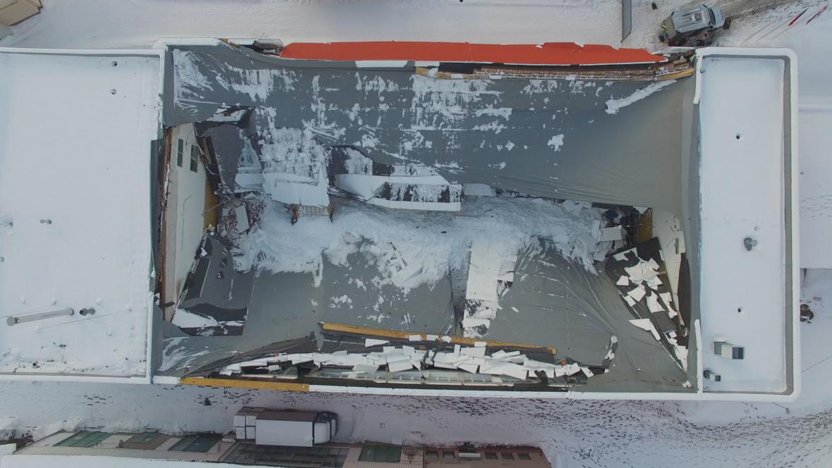 Zřícená hala v České Třebové záběrem dronu