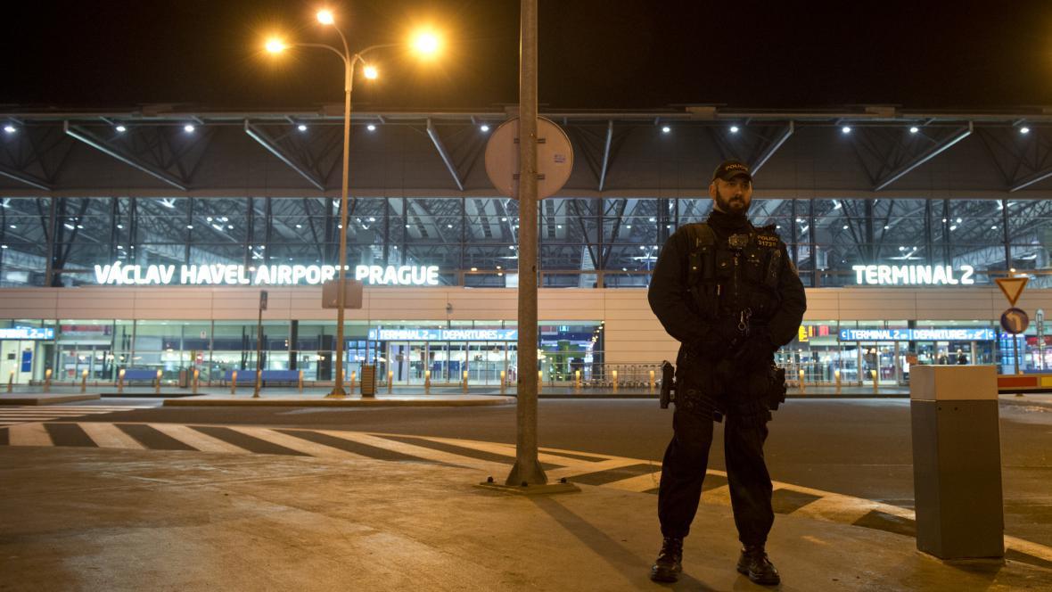 Policejní hlídka před pražským letištěm