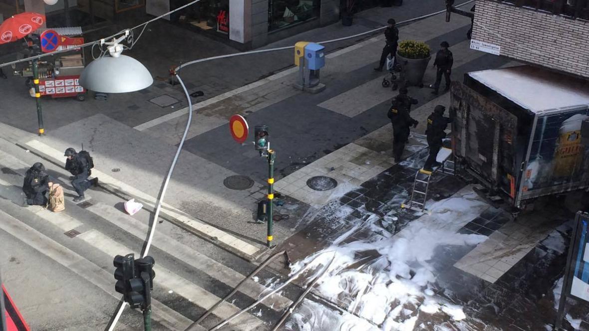 Místo, kde nákladní auto narazilo ve Stockholmu do davu lidí