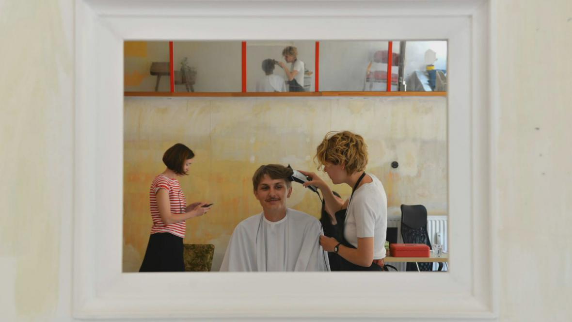 Umělci v roli kadeřníků - S02O (Galerie Plato)