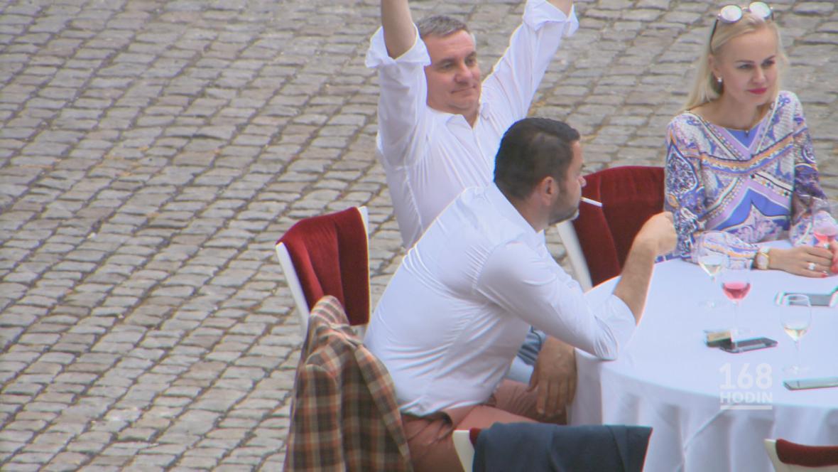 Vratislav Mynář (uprostřed) během své narozeninové oslavy