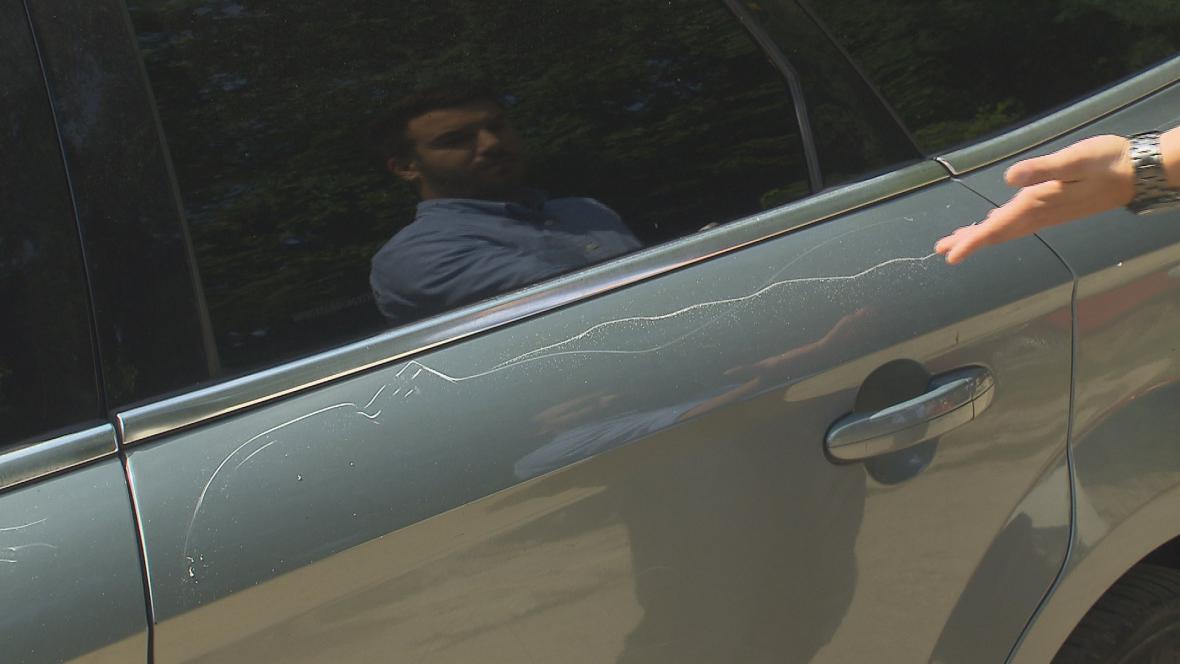 Neznámý pachatel pšokrábal karoserii i skla
