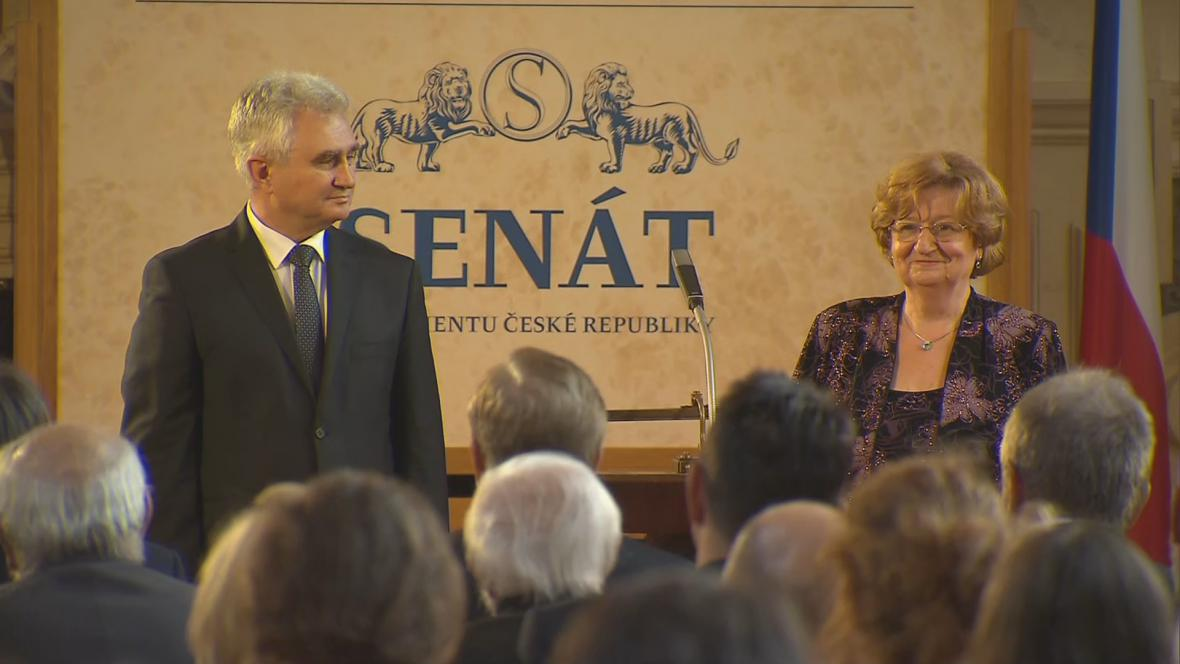 Milan Štěch předává medaili Jitce Abrahámové