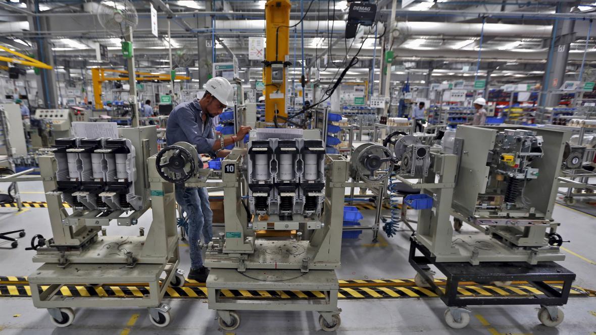Výroba v indickém závodě firmy Schneider