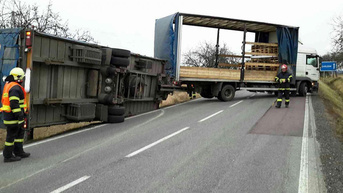 Silný vítr převrátil kamion v Bukovině u Přelouče