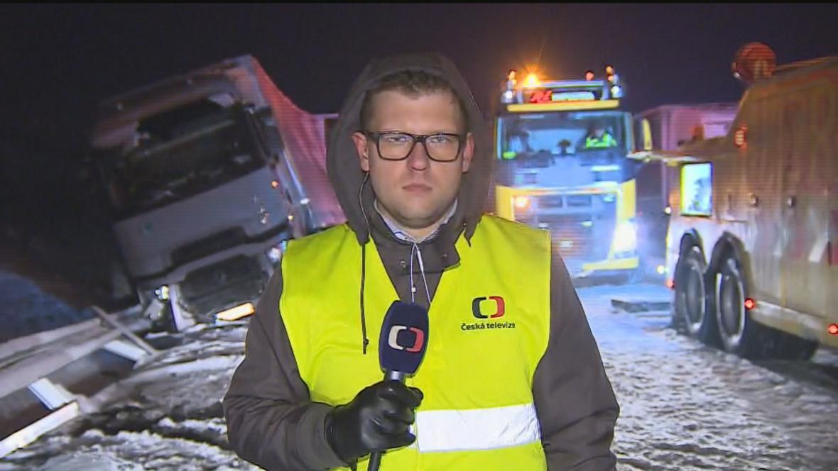 Redaktor ČT Michal Cagala na 210. kilometru dálnice D1