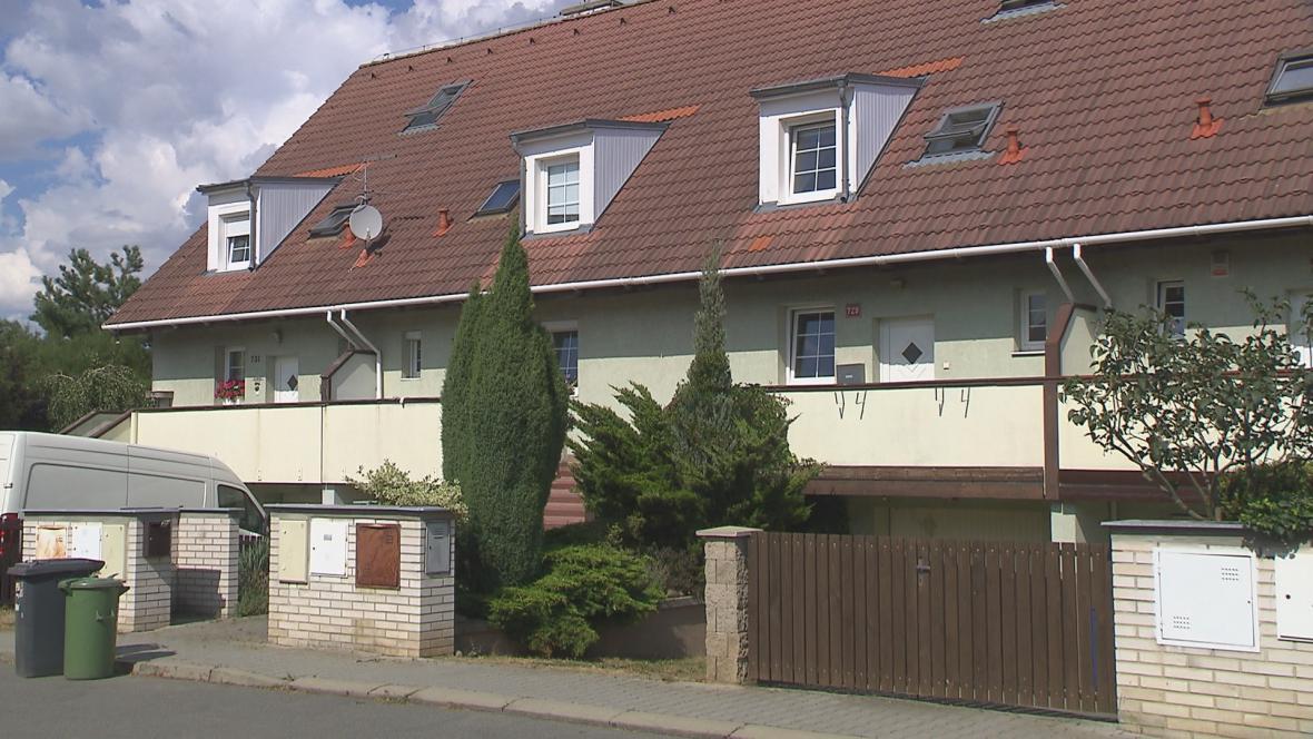 Dům H-Systemu na ulici J. Š. Baara v Horoměřicích, dostavěný svépomocí