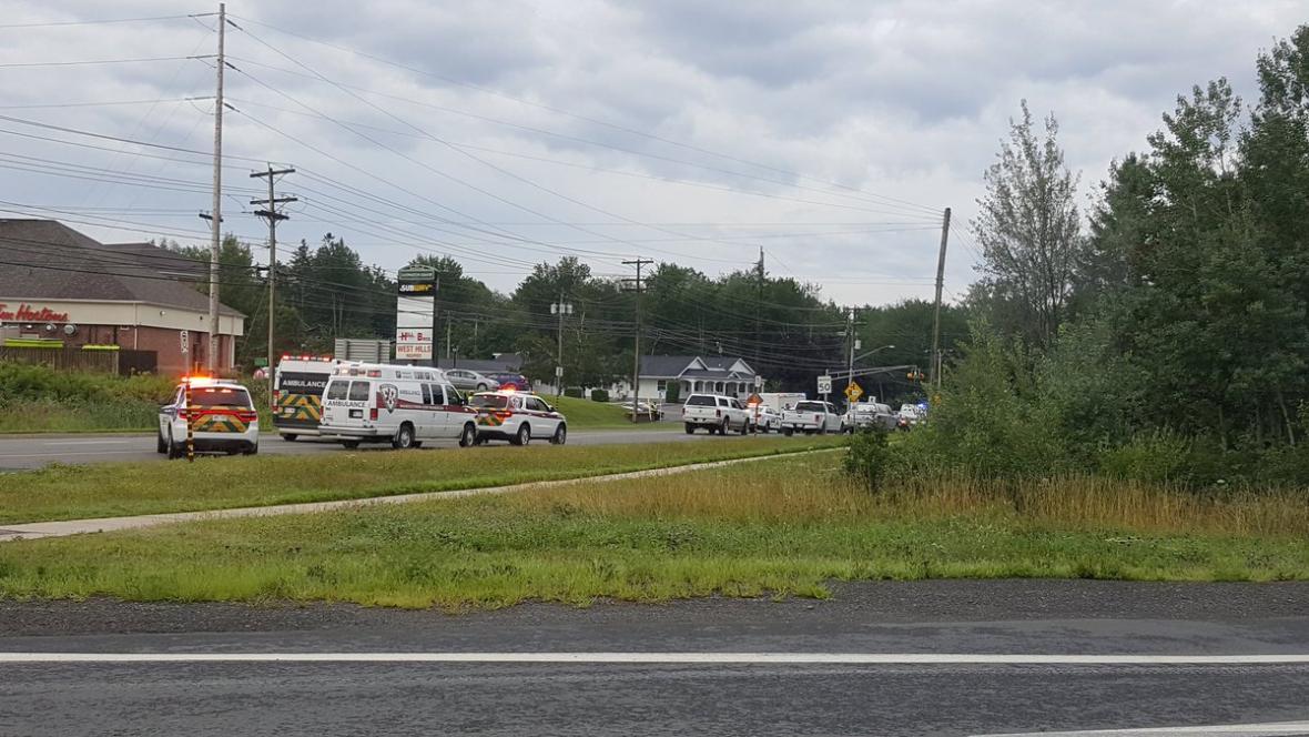 Záchranné složky na místě střelby ve Frederictonu