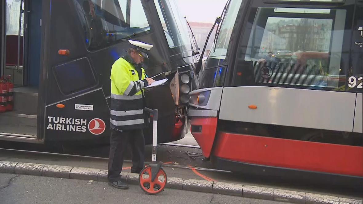 Nehoda tramvají na Rašínově nábřeží