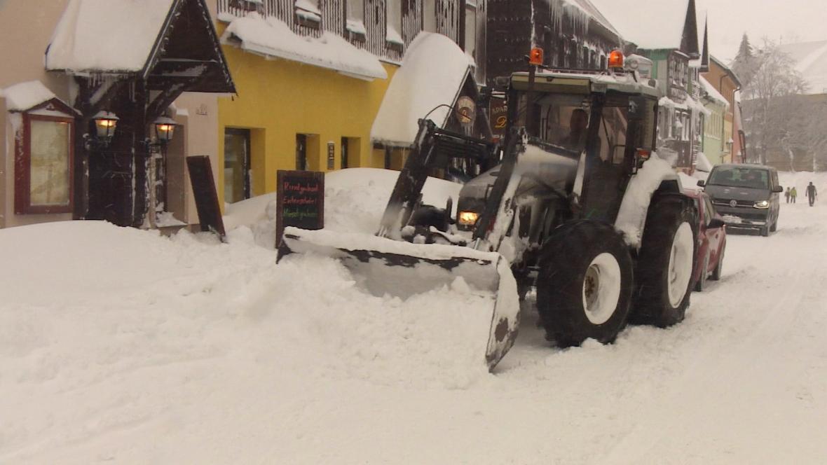 Boží Dar bojuje s přívaly sněhu