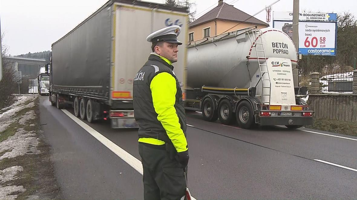Slovenští policisté řídí provoz v příhraniční obci Svrčinovec