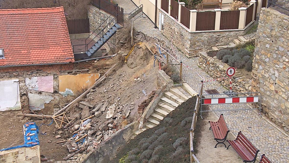V centru Zlína spadla zeď, která nesla i část chodníku