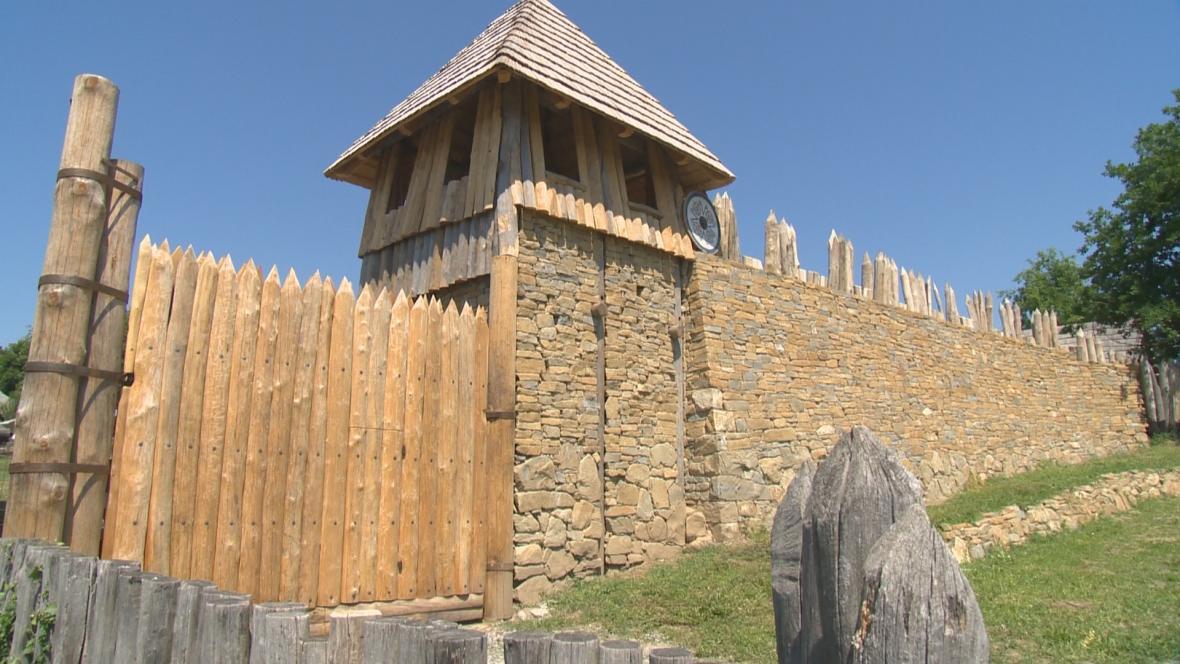 Opravené hradby v archeoskanzenu v Modré