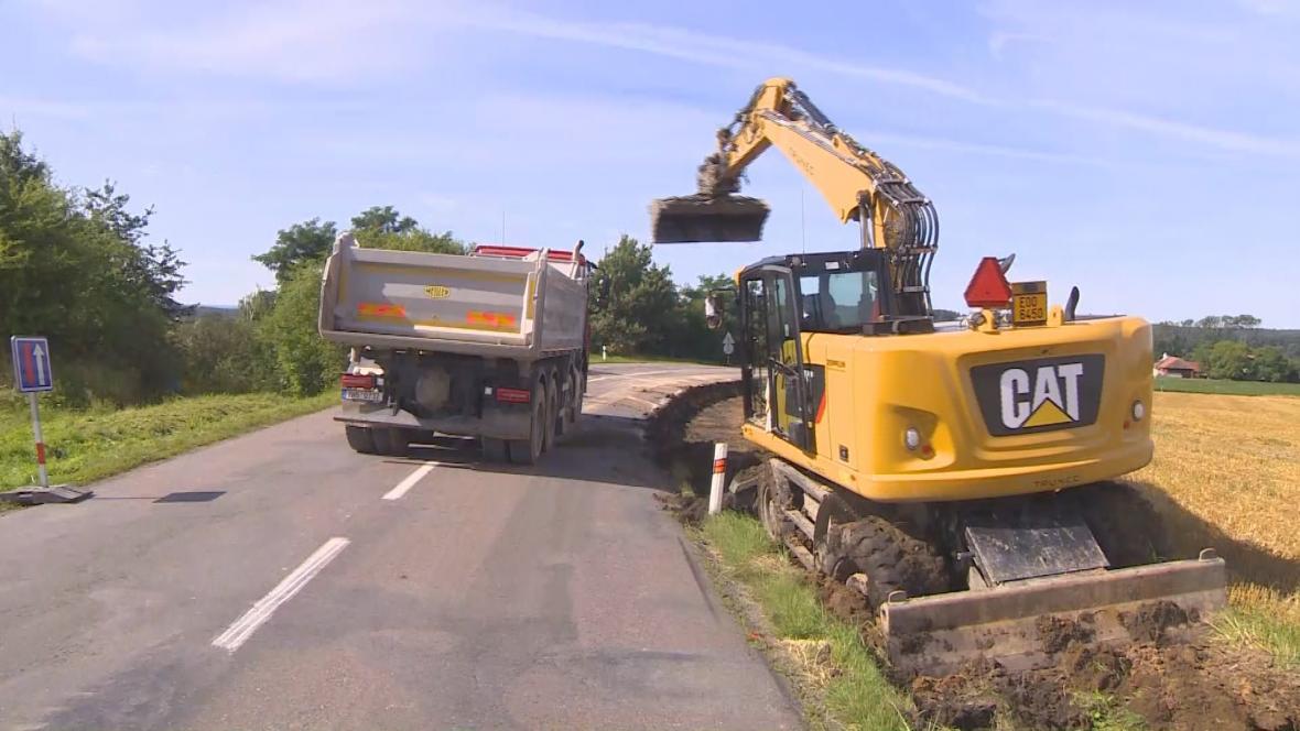 Kvůli sesuvu silničáři uzavřeli silnici u obce Běstovice na Orlickoústecku
