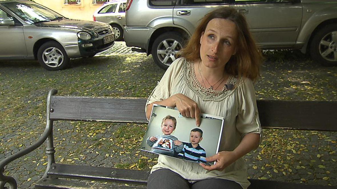 Eva Michaláková s fotografií svých dětí