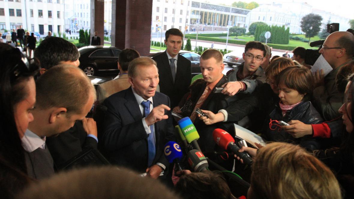 Exprezident Ukrajiny Leonid Kučma hovoří s novináři