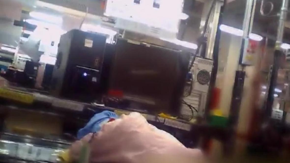 Reportéři BBC prověřovali pracovní podmínky v továrně Applu
