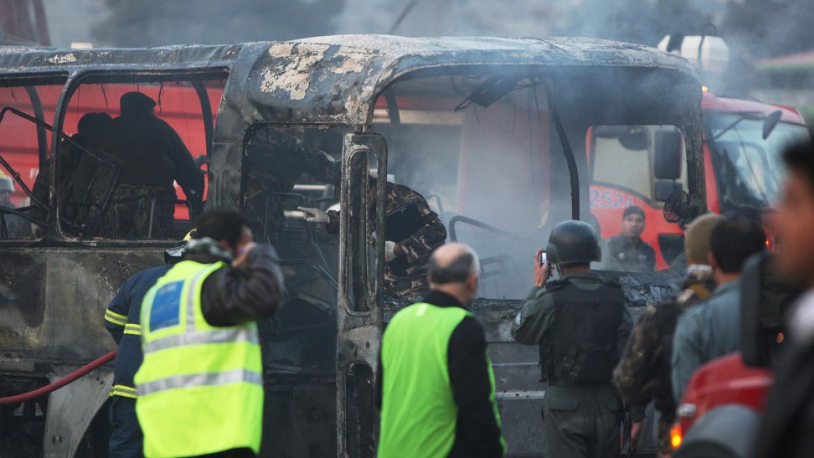 Zničený autobus na místě výbuchu