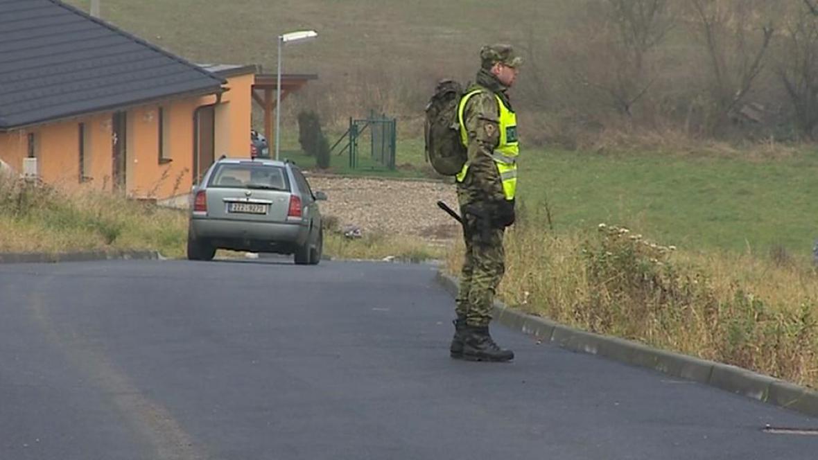 Na okrajích obcí stále hlídkuje policie