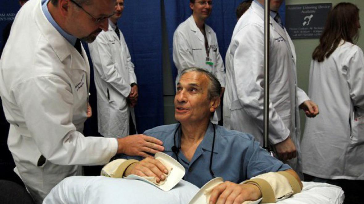 Pacient, kterému Pomahačův tým transplantoval ruce
