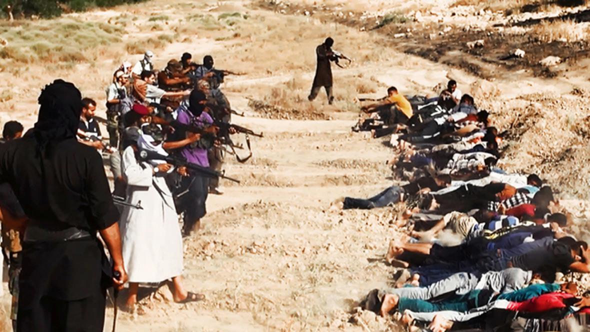 Bojovníci ISIL s údajnými zajatými iráckými vojáky