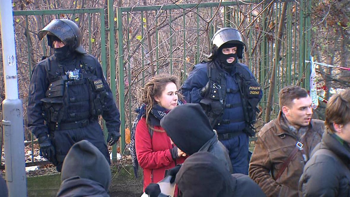 Policisté před budovou žižkovské kliniky