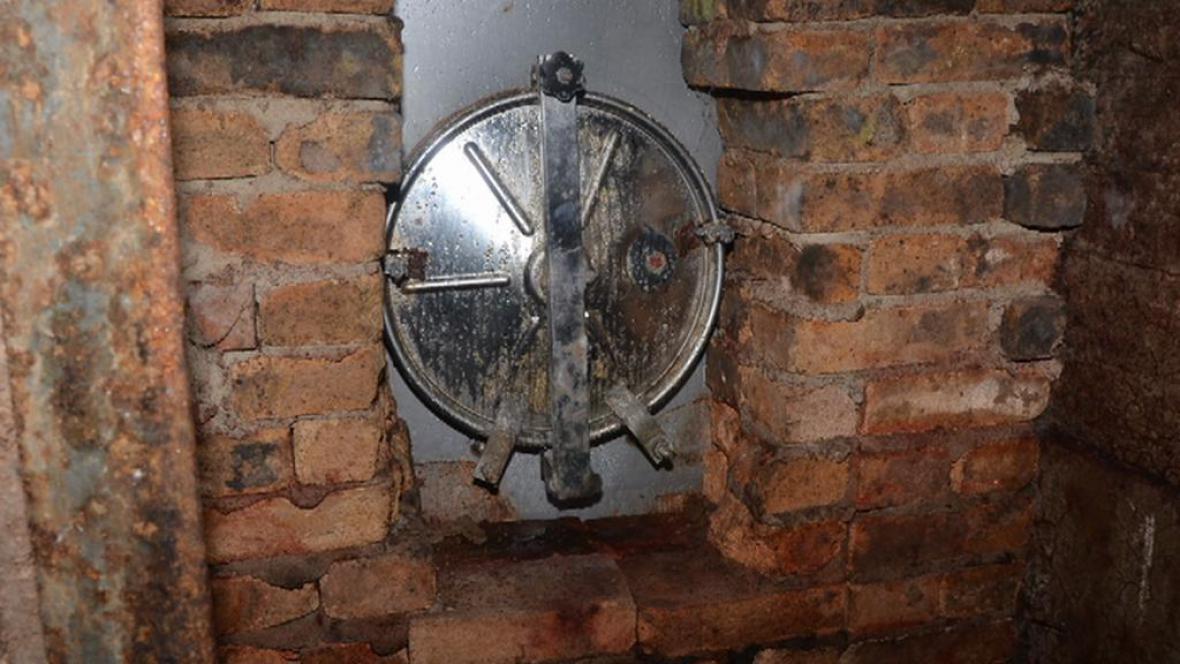 Nerezový otvor k podzemní nádrži s lihem