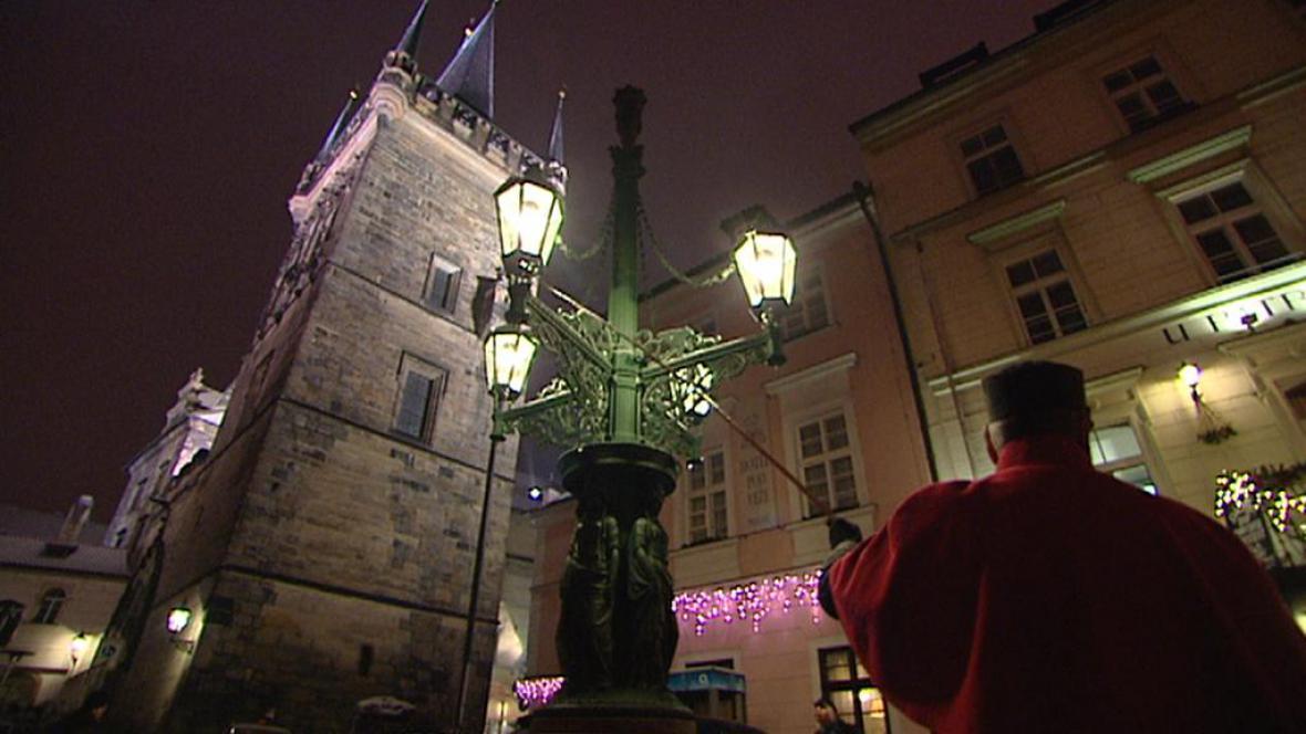 Lampář rozsvěcí plynové lampy