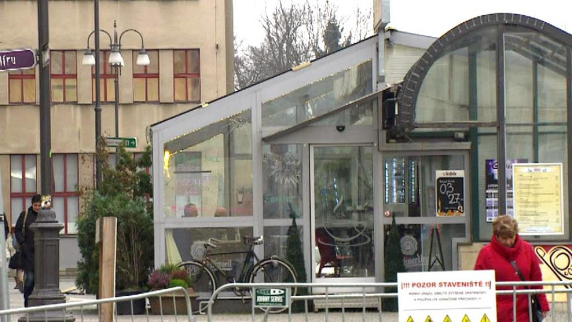 Kavárna v centru Pardubic je černá stavba