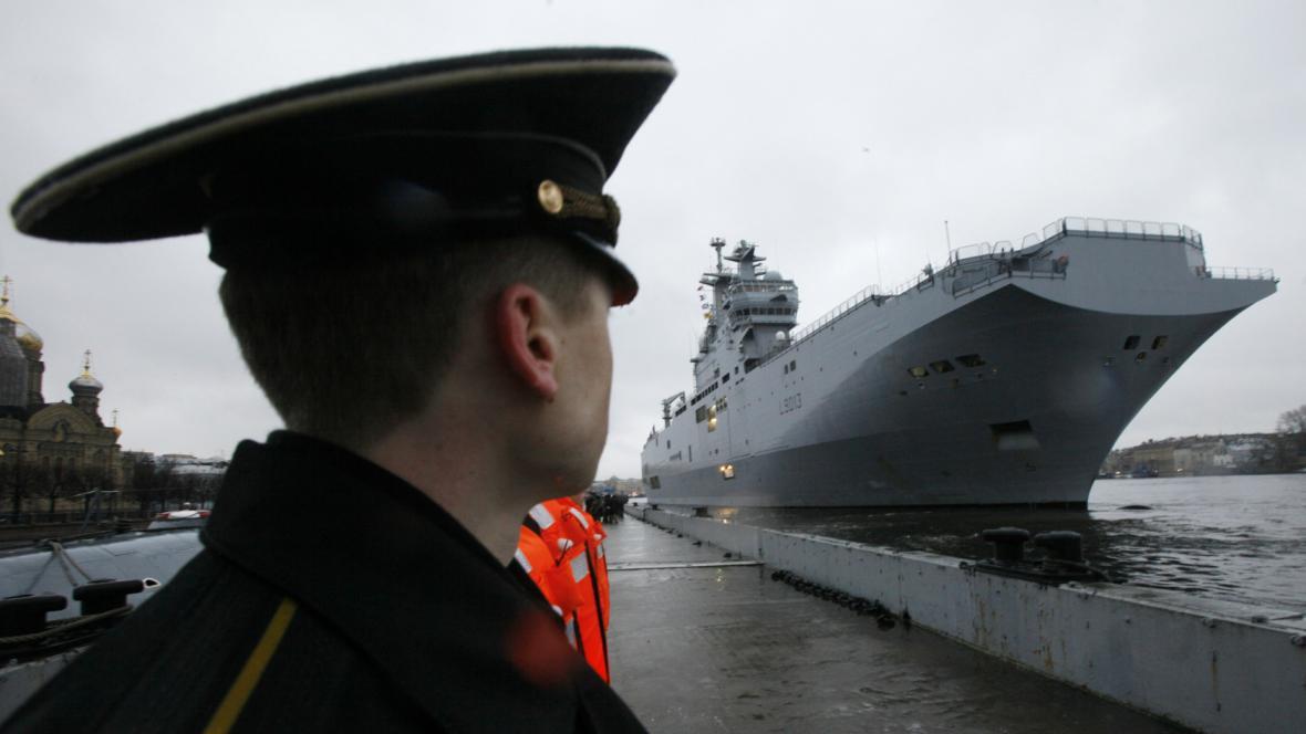 Válečná loď Mistral v přístavu v Petrohradě