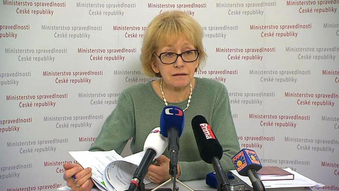 Helena Válková se soudním spisem útočnice ze Žďáru