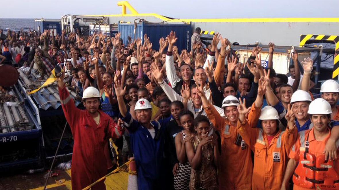 Radost zachráněných Afričanů na palubě kapitánova remorkéru