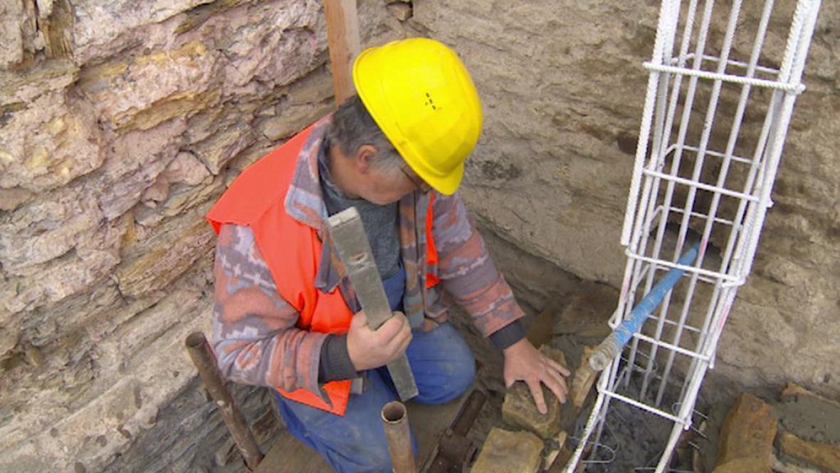 Dělník při práci na zajištění skal