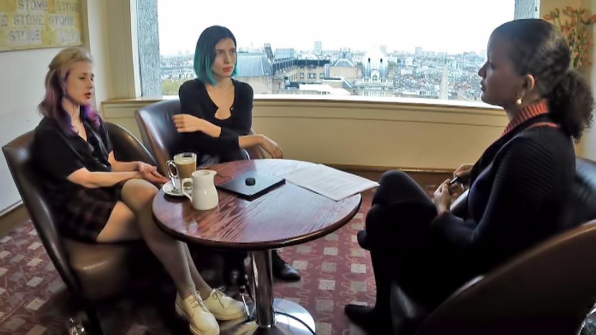 Moderátorka Zuzana Tvarůžková při rozhovoru s členkami Pussy Riot