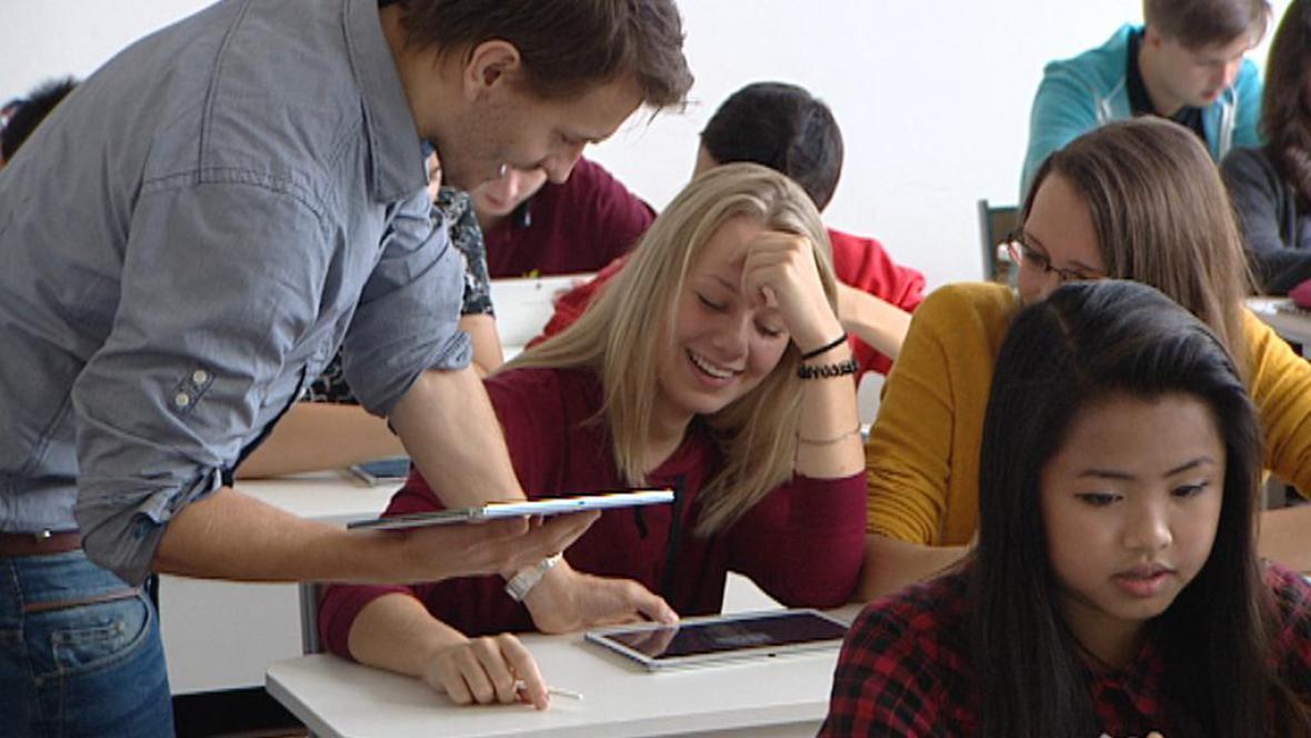 Studenti a pedagog při práci s tablety