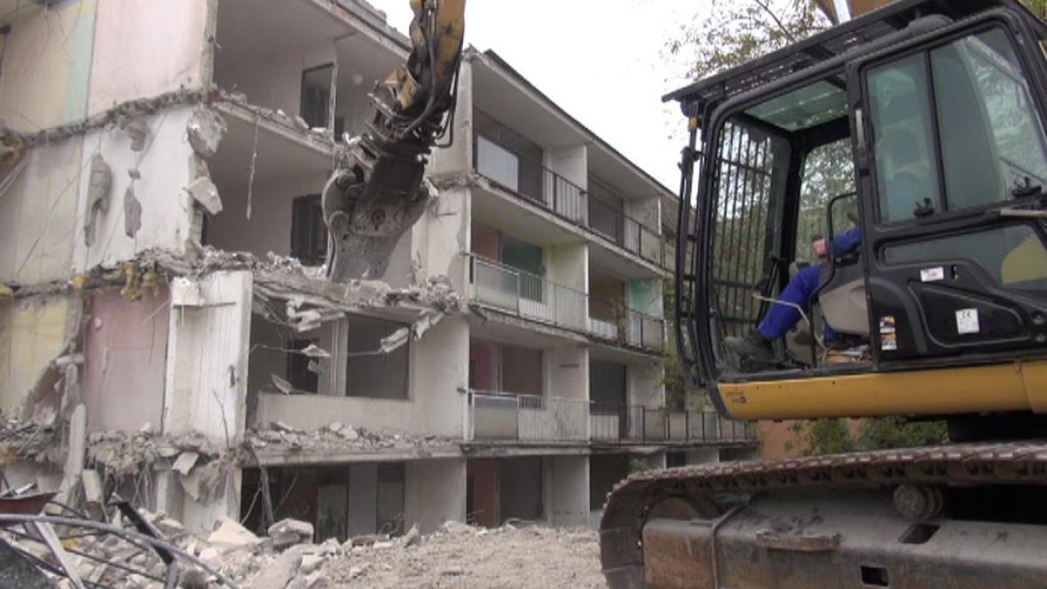 Demolice paneláku v Obrnicích