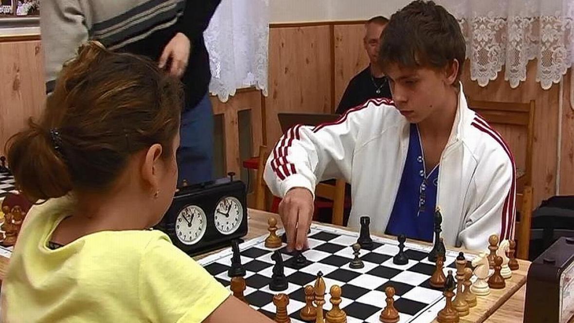 Malí šachisté při hře