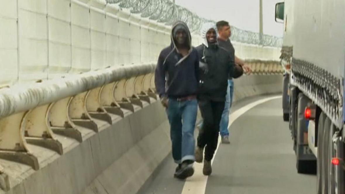 Imigranti berou útokem kamiony čekající na hranicích