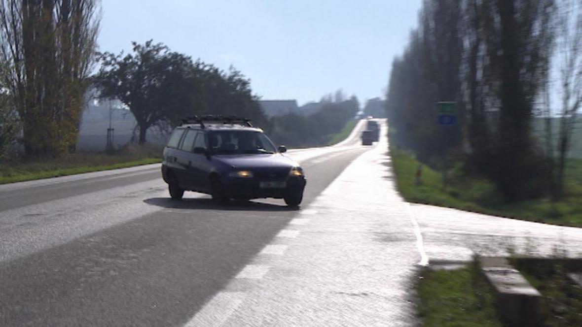 Auto odbočuje z hlavní silnice směrem na Dohalice